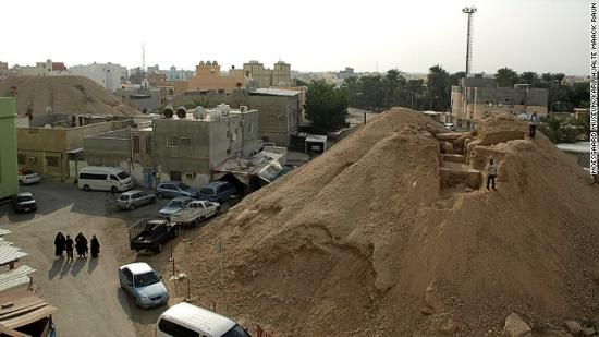 131022172645-bahrain-burial-mound-modern-day-at-aali-horizontal-gallery.jpg