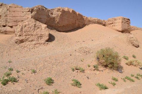 800 les restes dune fortification de sijilmasa datant du xiiie siecle