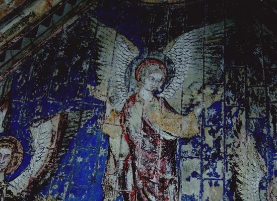 Cathedrale de poitiers corteges d anges tenant des couronnes detail c drac crmh