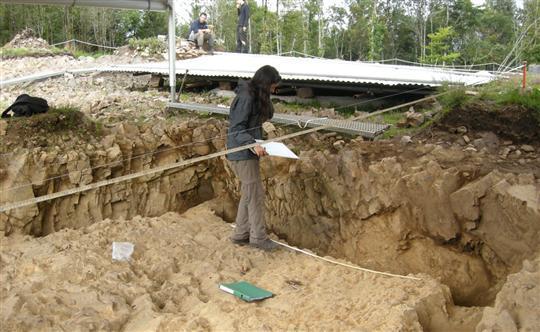 dans-cette-fosse-mitoyenne-du-puits-recouvert-en-arriere-plan-des-restes-de-ceramiques-antiques-on.jpg