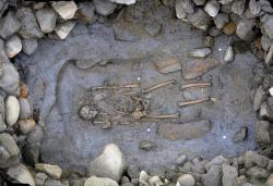 Dans le tumulus un guerrier celte git a cote de son epee de fer photo region d aoste
