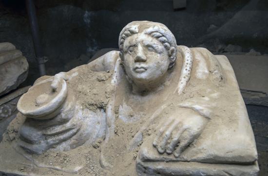 Etruscan urn2 670