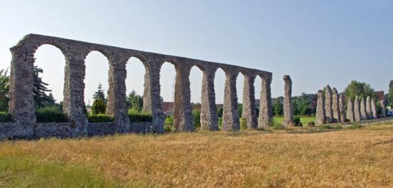 Fig1 roman aqueduct in grain field jpg 728x350 q85 jcrop 3x447x4928x2816 subsampling 2