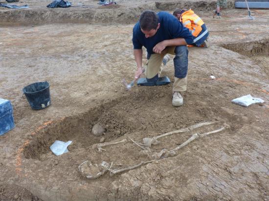 Figure 9 sepulture carolingienne en cours de fouille