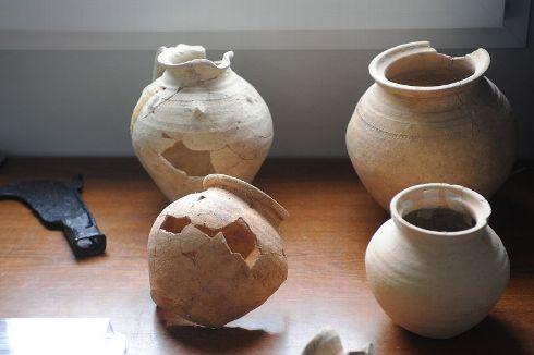 Fouilles archeologiques saran decouverte objets poterie 1790955