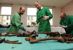 le-tri-des-ossements-par-frederic-adam-a-gauche-et-bruno-fremont-photo-franck-lallemand.jpg