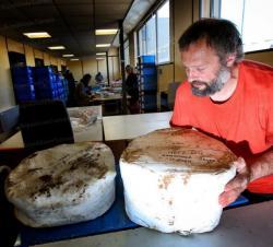 quatre-archeologues-de-l-inrap-ouvriront-en-public-a-metz-des-urnes-funeraires-scellees-depuis-environ-3-000-ans-l-emotion-est-assuree-photo-anthony-picore.jpg