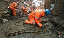 workers-excavate-bones-at-008.jpg